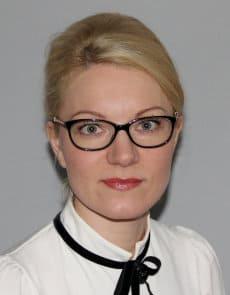 Blondynka w okularach uczesana w koka